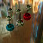 Bolas y espumillón de navidad nocturnos